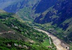Tibetanisches Dorf in den Bergen Stockfotos