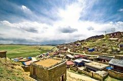 Tibetanisches Dorf in der Berglandschaft von China Stockbild