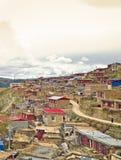 Tibetanisches Dorf in der Berglandschaft von China Lizenzfreies Stockfoto