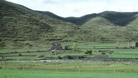 Tibetanisches Dorfhaus auf einer Ebene in Sichuan Lizenzfreie Stockbilder