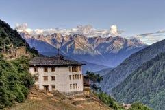 Tibetanisches Haus mit Bergen im Hintergrund Stockfoto