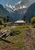 Tibetanisches Haus mit Bergen im Hintergrund Lizenzfreie Stockbilder