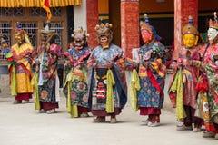 Tibetanisches Lama kleidete in der Maske an, die Tsam-Geheimnistanz auf buddhistischem Festival bei Hemis Gompa tanzt Ladakh, Nor Lizenzfreie Stockbilder