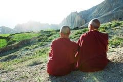 Tibetanisches Mönchlama mit zwei Indern Stockfoto
