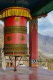 Tibetann modlitewny toczy wewnątrz Diskit monaster, Jamu Kaszmir, India obrazy royalty free