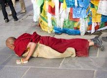 Tibetano fuera de un templo Imágenes de archivo libres de regalías