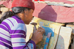 Tibetano que talla mantras en piedras en Swayambhunath Fotos de archivo