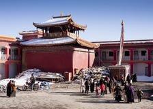 Tibetans die klooster verlaten Stock Afbeelding