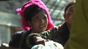 Tibetanskvinnan i den Jidi byn, sitter i mitten av matsutakeproduktionområdet i Shangri-La yunnan Kina arkivfoto