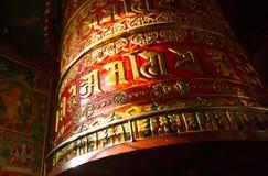 Tibetant buddistiskt bönhjul för stor snurr på den Boudhanath stupaen i Katmandu Royaltyfri Bild