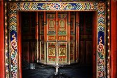 tibetant buddistiskt bönhjul med härlig garnering arkivbilder