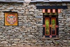 Tibetant fönster på vaggaväggen Arkivbilder