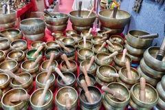 Tibetant sjunga bowlar på försäljning i orientalisk mässa royaltyfri fotografi