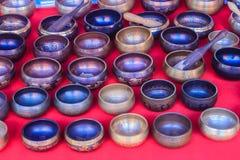 Tibetant sjunga bowlar till salu på den antika marknaden Sjunga bo Royaltyfri Foto