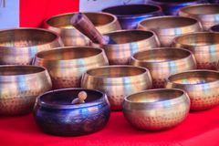 Tibetant sjunga bowlar till salu på den antika marknaden Sjunga bo Royaltyfria Bilder