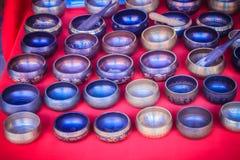 Tibetant sjunga bowlar till salu på den antika marknaden Sjunga bo Arkivfoto