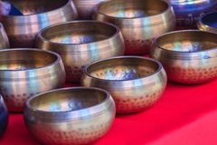 Tibetant sjunga bowlar till salu på den antika marknaden Sjunga bo Royaltyfri Fotografi