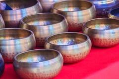 Tibetant sjunga bowlar till salu på den antika marknaden Sjunga bo Arkivbild