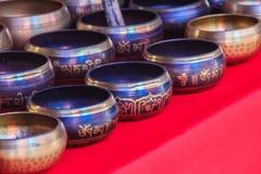 Tibetant sjunga bowlar till salu på den antika marknaden Sjunga bo Arkivfoton