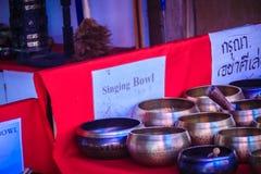 Tibetant sjunga bowlar till salu på den antika marknaden Sjunga bo Arkivbilder