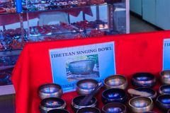 Tibetant sjunga bowlar till salu på den antika marknaden Sjunga bo Royaltyfri Bild