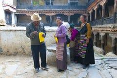 Tibetant vallfärdar gör offerings Royaltyfria Bilder