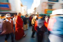 Tibetant vallfärdar gå Barkhor Jokhang suddighet Arkivbilder