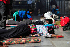 Tibetants Prostrating en el monasterio de Front Of A Foto de archivo