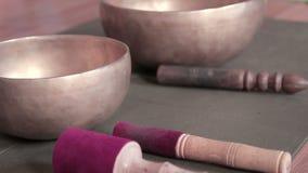 Tibetian bowlar klockor arkivfilmer