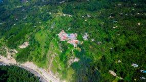 Tibetian-Dorf auf einem Berg in Indien vom dron lizenzfreie stockbilder
