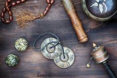 Tibetian Gesangschüsseln, religiöse Trommeln, Perlen und Platten, Ansicht f lizenzfreies stockbild