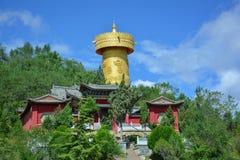 Tibetianklooster en gouden boeddhistisch wiel in Shangri-La, China Stock Afbeelding