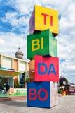 Tibidabo公园商标由立方体制成在游乐园在Tibidabo 巴塞罗那大厦城市gaudi公园西班牙 免版税库存照片