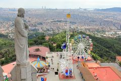 TibidaboPretpark en de Stad van Barcelona van Sagrat Cor Church, Barcelona, Catalonië, Spanje wordt gezien dat stock afbeeldingen