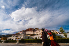 Tibétains le Palais du Potala Front Clouds Base Lhasa Photo libre de droits
