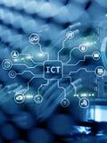 TIC - informação e conceito da tecnologia das comunicações no fundo da sala do servidor foto de stock