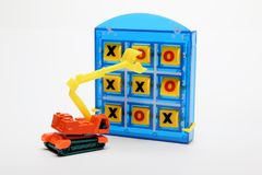 Tic Tac Toe en Toy Earthmover stock foto
