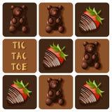 Tic-TAC-Zehe der Schokolade bedeckte die Erdbeere und Gelee, die gummiartig sind Lizenzfreie Stockfotografie