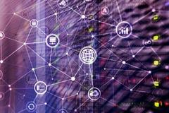 TIC - tecnologia de informação e de telecomunicação e IOT - Internet de conceitos das coisas Diagramas com ícones na sala do serv foto de stock