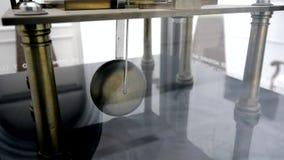 Ticchettio dell'orologio di pendolo video d archivio