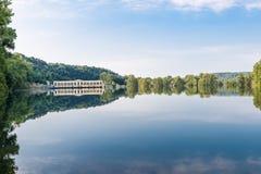 Ticinorivier bij de dam van Panperduto in Ticino-Park, Somma Lombardo, Italië Royalty-vrije Stock Afbeelding