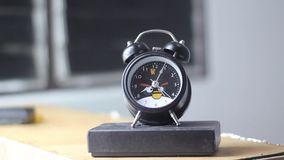 Tickendes Chronometer (Stoppuhr) mit lebhaften Pfeilen stock footage