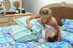 tickle сынка мати дракой стоковое изображение rf