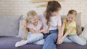 Tickling κορίτσια μητέρων στον καναπέ φιλμ μικρού μήκους