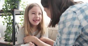 Tickling κόρη μητέρων στο σπίτι απόθεμα βίντεο