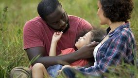 Tickling πατέρας Girly με λίγη χλόη στο χρόνο οικογενειακών εξόδων χεριών της υπαίθριο στοκ φωτογραφία με δικαίωμα ελεύθερης χρήσης