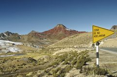 Ticlio, Перу: ландшафт гористой местности квасцов стоковые изображения