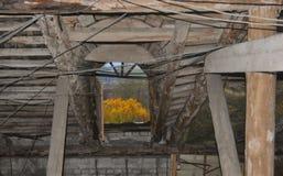 ?tico de madera viejo con una ventana imágenes de archivo libres de regalías