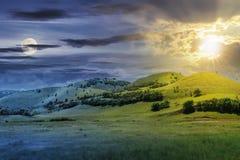 Tid ändring ovanför tre kullar i sommarlandskap arkivbilder