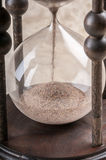 Tid är pengar. Antikt timglas. arkivfoto